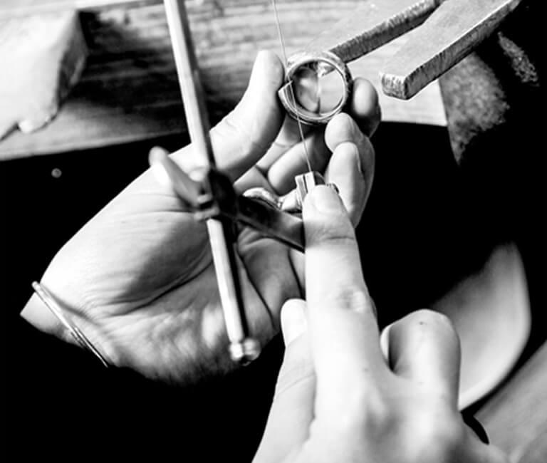 Jennifer Görigk bei der arbeit an einem Trauring.
