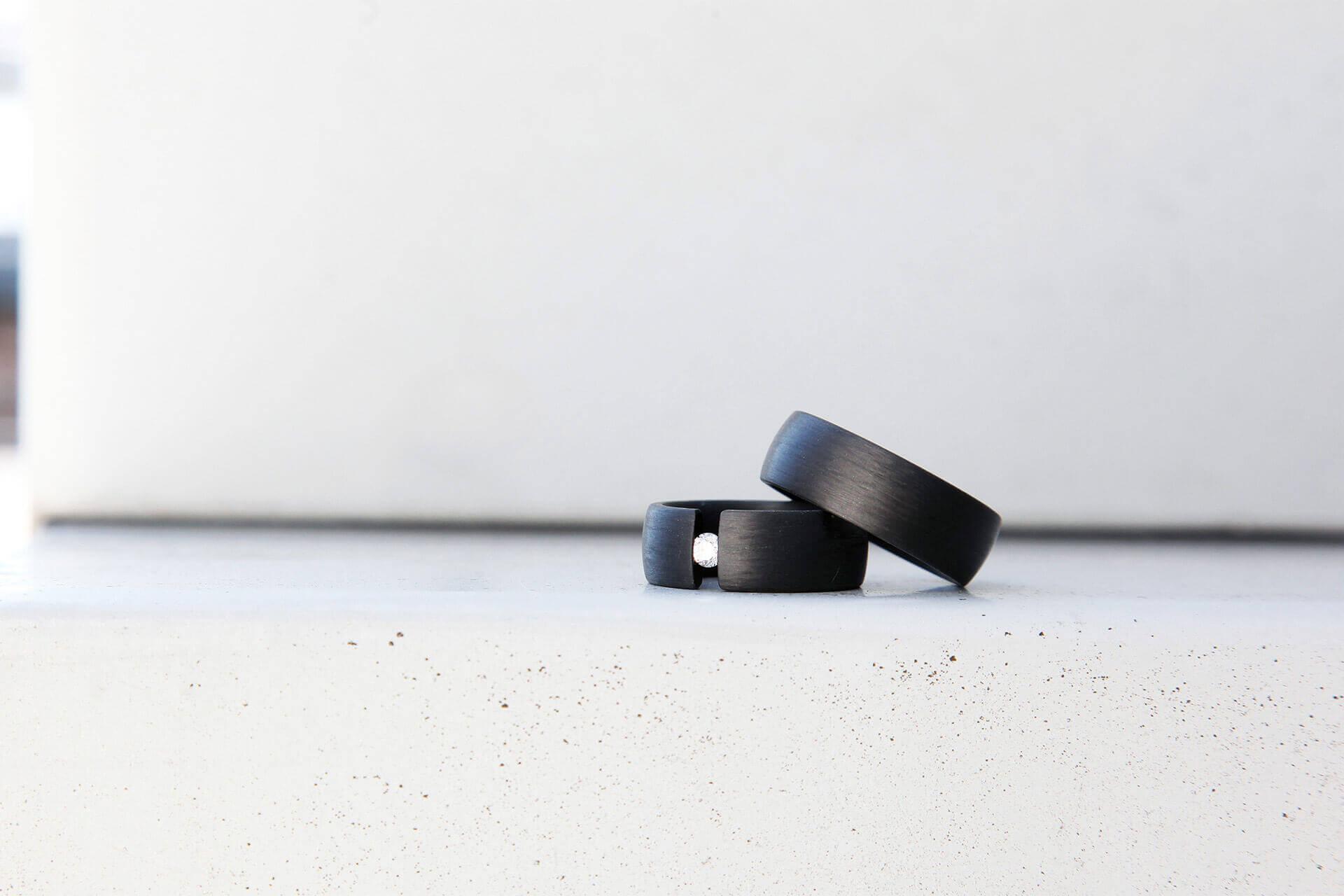C6 Carbon Ring und ein mit Brillant besetzter C6 Carbon Spannring