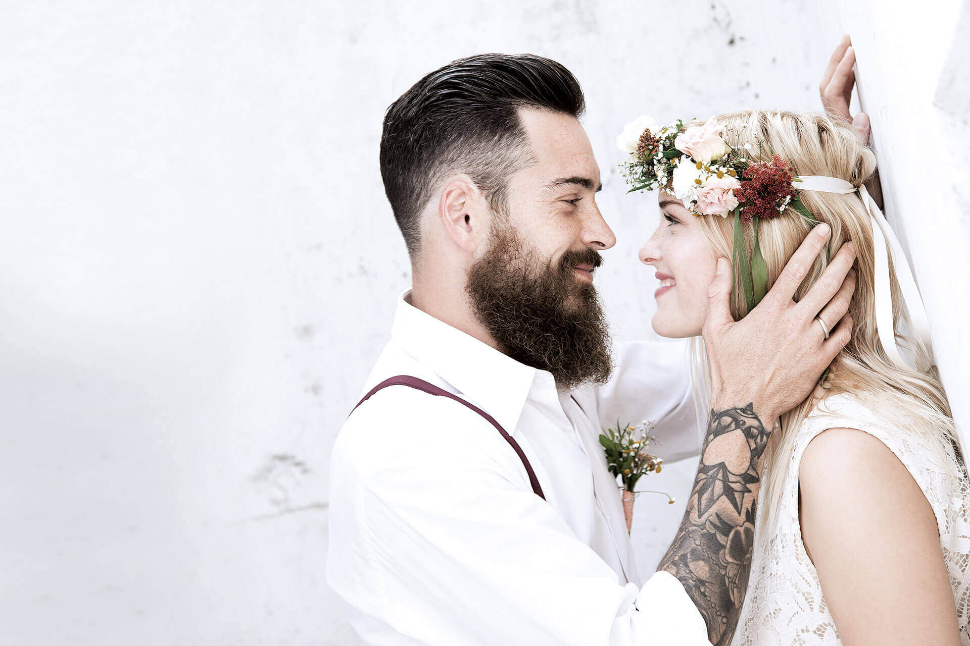 Eva schaut ihrem Adam tief in die Augen. Sie freut sich das endlich die Hochzeit naht.
