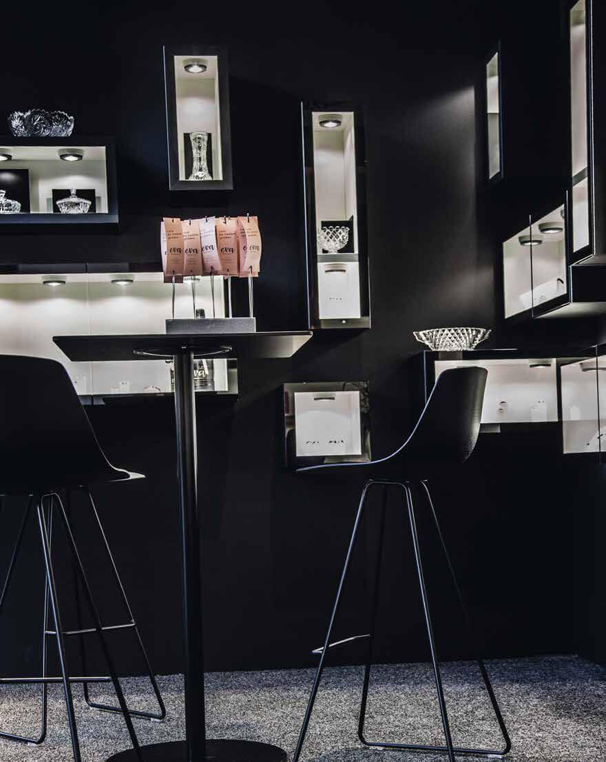 eva Trauringwelten Inneneinrichtung Showkasten bereich in einem schlichten schwarz gehalten.