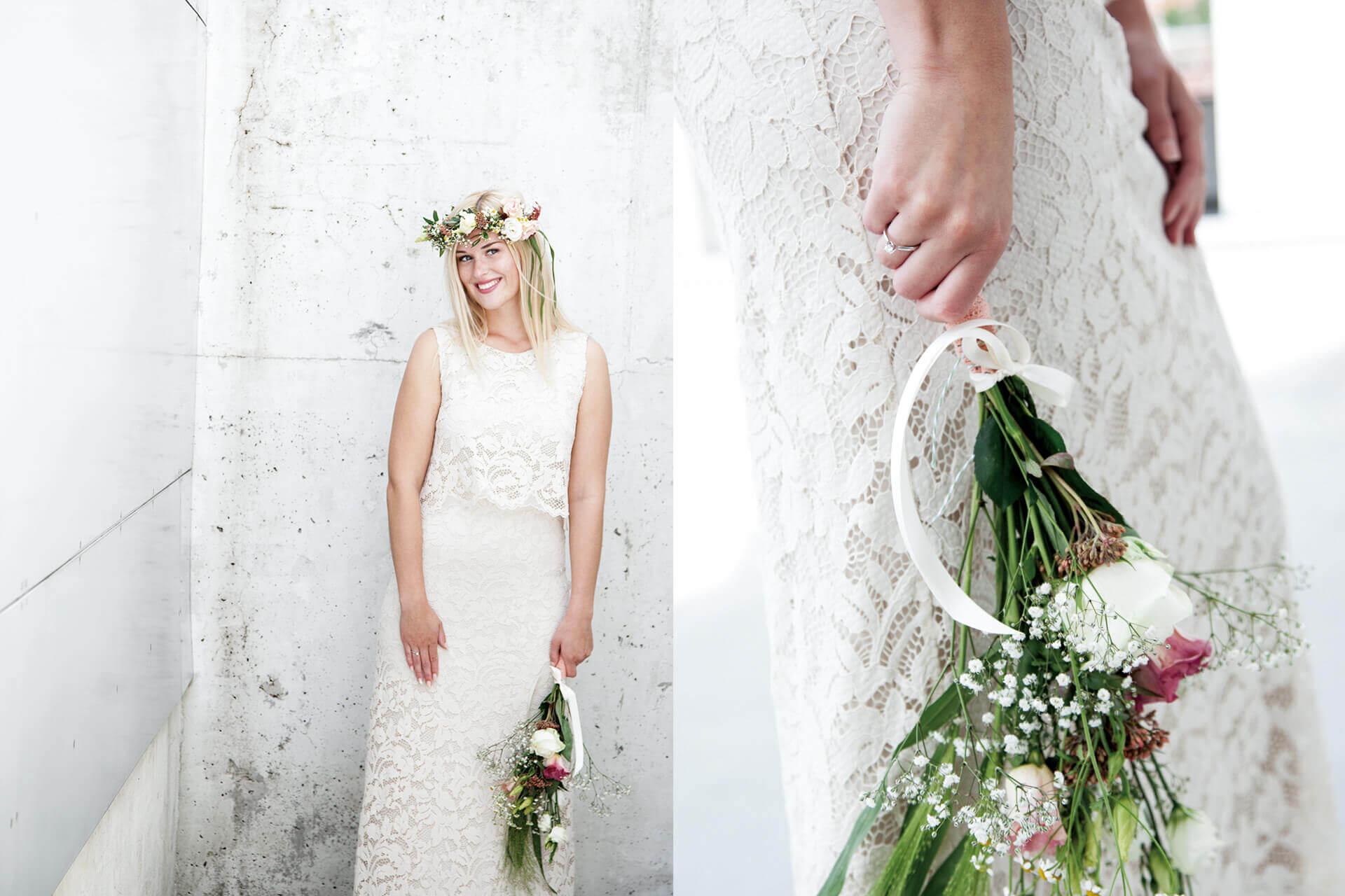 Unsere Eva mit Brautkleid, Blumenstrauß und Blumenkranz auf dem Kopf.