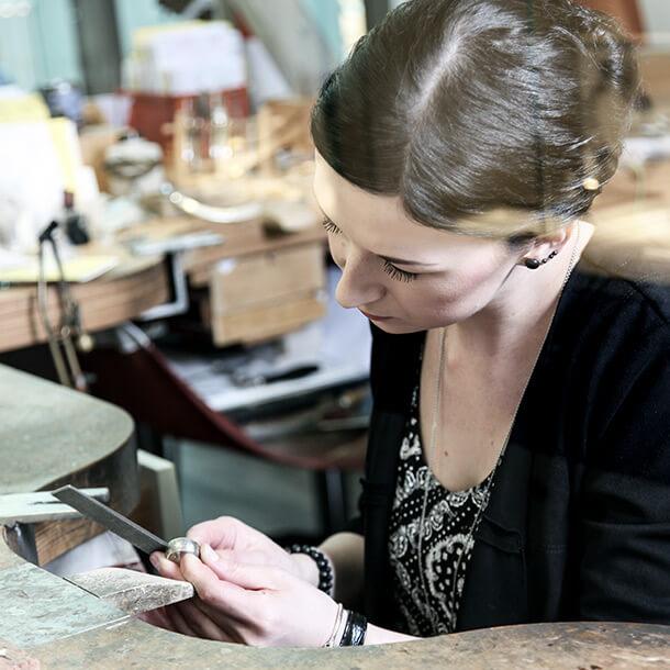 Goldschmidin Jennifer Görigk in der Werkstatt