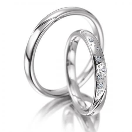Edles Eheringpaar aus Weißgold. Der Damenring ist mit Brillanten im Sternenhimmel Design geschmiedet.