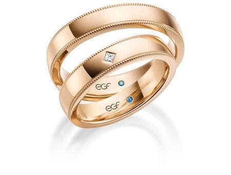 EGF Kollektion - Gold Trauringe mit polierter Schiene und gepunkterer Ornamente an der Kante.