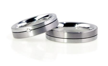 Tantal Trauringe - Herrenring und Damenring im schlichten Design. Der Damenring ist mit Diamant.