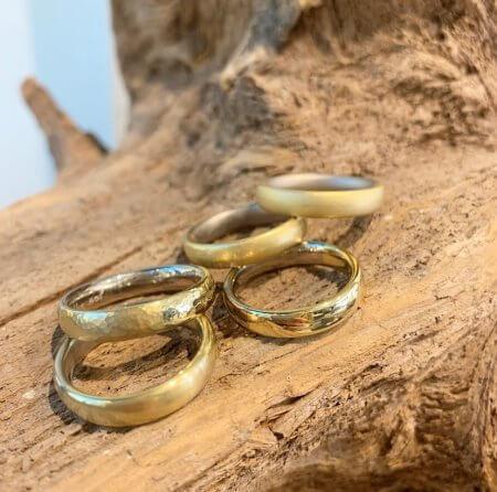 Goldringe mit verschiedenen Oberflächen